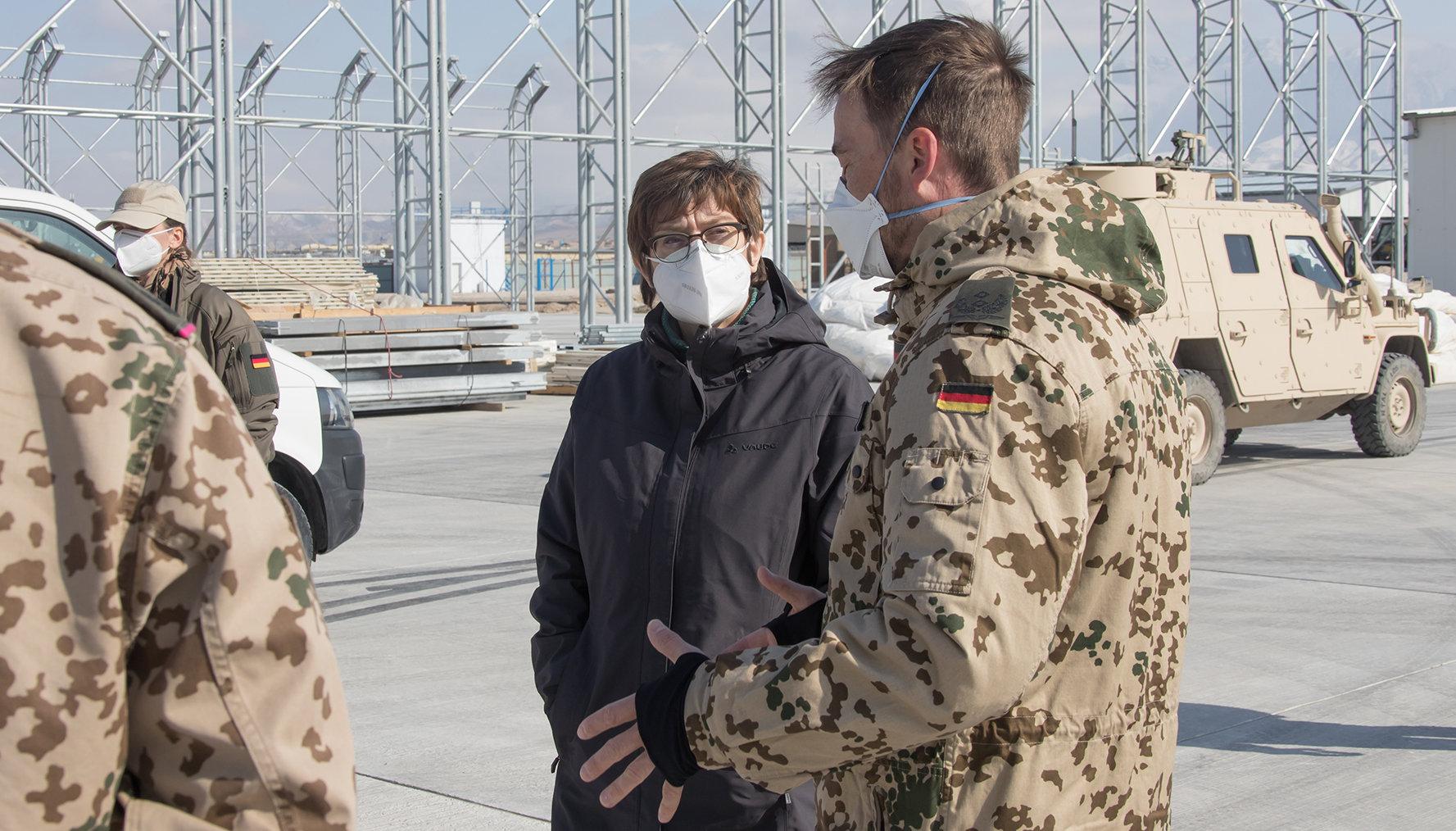 Verteidigungsministerin Annegret Kramp-Karrenbauer #AKK stattet der Truppe in Afghanistan einen Überraschungsbesuch ab