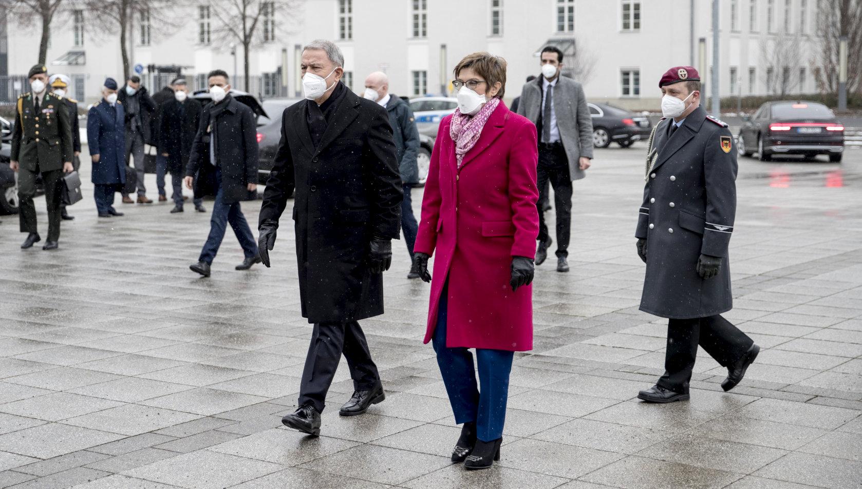 Türkischer Verteidigungsminister Hulusi Akar von #AKK in Berlin empfangen