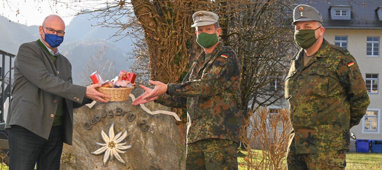 Weihnachtsgeschenke für die Bundeswehr: Landrat überreicht einen Geschenkkorb an den Brigadekommandeur.